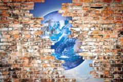 通过破裂的墙壁您能看到世界-自由概念我 免版税库存照片