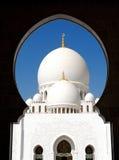 通过主要曲拱被看见的扎耶德Grand Mosque回教族长主要圆顶 免版税库存图片