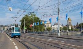 通过Bahnhofbruecke桥梁的电车在苏黎世 免版税库存图片