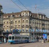 通过Bahnhofplatz广场的电车在苏黎世 库存图片