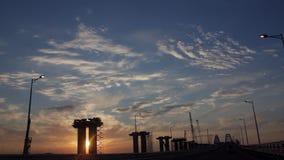 通过Brige驾驶建设中与剧烈的云彩和落日 日落 股票录像