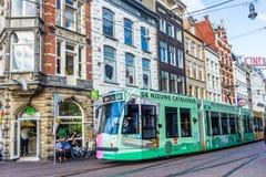 通过Reguliers的Breestraat阿姆斯特丹的电车游人 库存图片