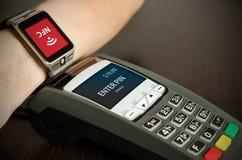 通过smartwatch供以人员付付款通过NFC技术 库存照片