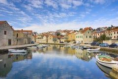 通道地中海分开的城镇 免版税库存照片