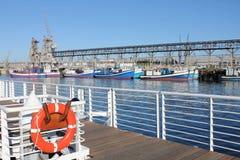 从通道的渔船 免版税库存图片