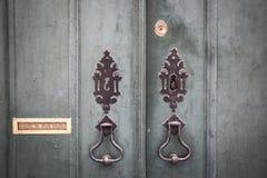 通道门环、锁和一个古老绿色木门的邮箱 免版税库存图片