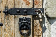 通道门环和挂锁在老木门 库存照片