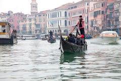 通道gondoliero全部航行的威尼斯 库存图片