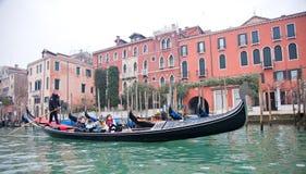 通道gondoliero全部航行的威尼斯 免版税库存照片