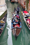 通道gondoliero航行威尼斯 库存图片