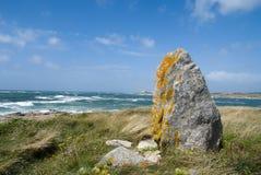 通配古老岩石的海运 免版税库存照片