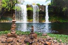 通配惊人的瀑布在老挝 免版税库存图片