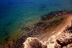 通配海岸水晶海运透明的水 免版税库存图片