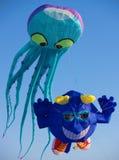 通配蓝色风筝章鱼的天空 免版税库存图片