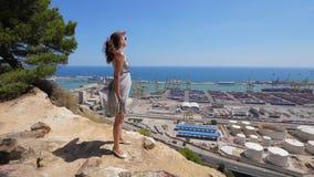 通风礼服的妇女在巴塞罗那观点 影视素材