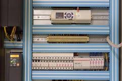 通风系统的特写镜头照片打开了在工业透气屋子的墙壁上的控制柱子 免版税库存图片