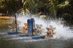 通风耕种引擎使用的渔场池塘 库存照片