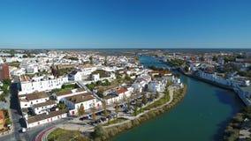 通风 从天空寄生虫、河Gilao和桥梁的Tavira录影 葡萄牙阿尔加威 影视素材