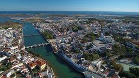通风 从天空寄生虫、河Gilao和桥梁的Tavira录影 葡萄牙阿尔加威 股票录像