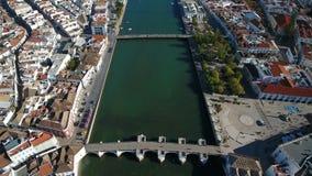 通风 从天空寄生虫、河Gilao和桥梁的Tavira录影 葡萄牙阿尔加威 股票视频