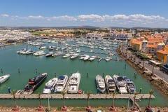 通风 从小游艇船坞和游艇莫拉镇天空的看法  法鲁 免版税库存照片