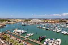 通风 从小游艇船坞和游艇莫拉镇天空的看法  法鲁 免版税图库摄影
