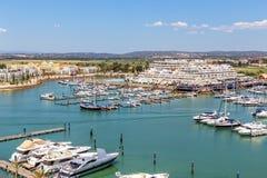 通风 从小游艇船坞和游艇莫拉镇天空的看法  阿尔加威 免版税库存图片