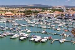 通风 从小游艇船坞和游艇莫拉镇天空的看法  阿尔加威 库存图片