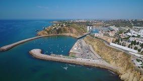 通风 从拉各斯、俯视的船坞和海滩葡萄牙旅游城市天空的射击  股票视频