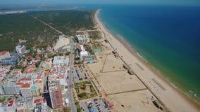 通风 从海滩的天空和Monte戈登村庄的美丽的景色  葡萄牙 影视素材