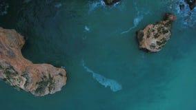 通风 从Marinha,波尔蒂芒海滩的葡萄牙峭壁的天空的录影  阿尔加威 股票视频