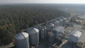 通风 农业谷粮仓储存箱 飞行在筒仓坦克附近 股票视频