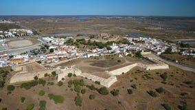 通风 卡斯特罗Marim和城堡村庄,摄制从天空寄生虫 股票视频