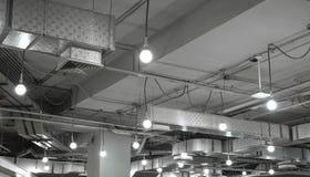 通风系统和电灯泡在现代大厦 图库摄影