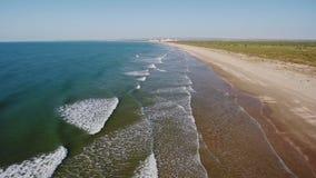 通风 在俯视Monte戈登阿尔图拉的海滩的寄生虫飞行 影视素材