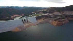 通风 在蒙西克山的葡萄牙hydroelectro水坝Odelouca, algarve葡萄牙 股票视频