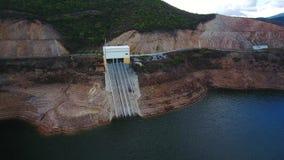 通风 在蒙西克山的葡萄牙hydroelectro水坝Odelouca, algarve葡萄牙 股票录像