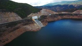 通风 在蒙西克山的葡萄牙hydroelectro水坝Odelouca, algarve葡萄牙 影视素材