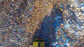 通风 在直接地之上 垃圾填埋、垃圾堆和拖拉机工作 股票视频