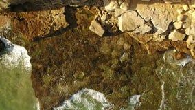 通风 在晴朗的阿尔加威的石银行的透明水 股票视频