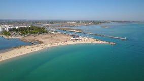 通风 从天空海滩和防堤村庄Fuseta的看法 影视素材