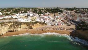 通风 从天空,海滩的射击和Carvoeiro游人村庄  股票录像