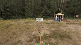 通风 妇女射击豪华与弹弓在块金字塔在森林边缘的  影视素材