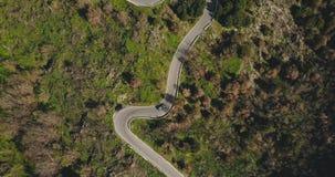 通风 寄生虫跟随在山路轮的汽车 在一条狭窄的晴朗的森林车道的俯视图 驾驶乐趣 4K 股票视频