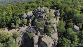 通风 岩石安心在厚实的绿色森林中的山的 影视素材