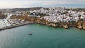通风 市阿尔布费拉和从天空的小游艇船坞的看法 股票视频