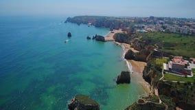通风 拉各斯的美丽的葡萄牙海滩和岸  从天空的看法,阿尔加威 股票视频