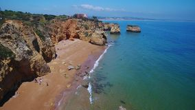 通风 拉各斯的美丽的葡萄牙海滩和岸  从天空的看法,阿尔加威 影视素材
