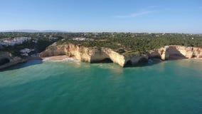 通风 拍摄从天空的录影与葡萄牙海滩Benagil的寄生虫 葡萄牙 股票录像