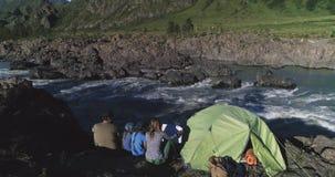 通风 旅客家庭有孩子的在帐篷附近坐并且享受山河和山的看法 影视素材